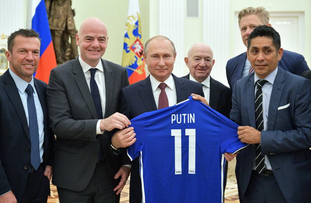 Vladimir Putin (keskel) FIFA presidendi Gianni Infantino kõrval