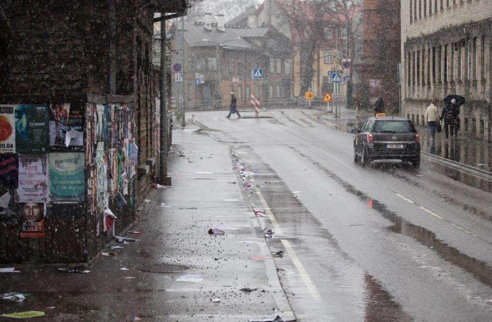 Teeolud ja liikluspiirangud: teed on niisked, vihm piirab nähtavust