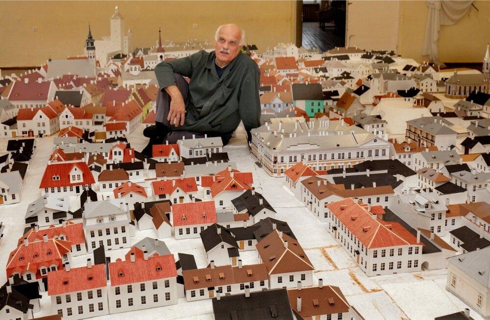 Meister Fedor Shantsyn oma hiigeltöö, 490 hoonest koosneva Vana-Narva maketi keskel, millesarnast teist Euroopas ei leidu. Kahjuks pole Euroopa kultuuripealinnaks kandideeriv Narva suutnud maketile väärikat eksponeerimispaika leida.