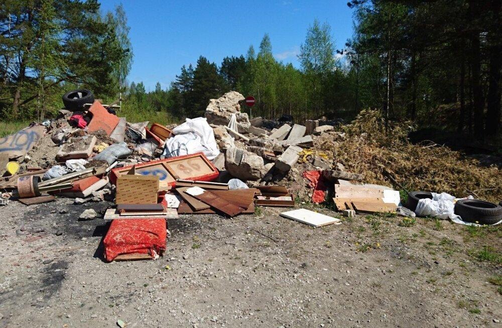 Prügi riigimetsas Harjumaal. Ühtekokku tuli RMK-l mullu koristada metsast 240 tonni prügi.