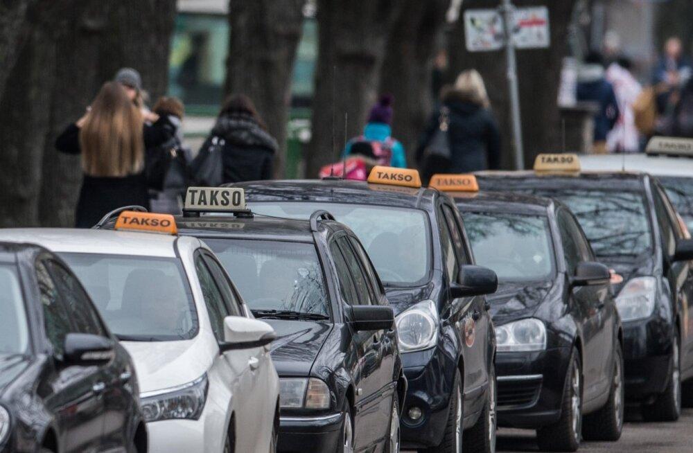 Taksod Draamateatri kõrval