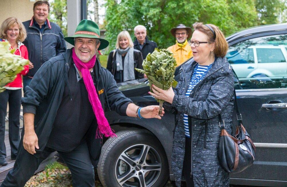 Soome 100 saunatuuri juhid – Soome suursaadik Kirsti Narinen ja Rahvusvahelise Saunaliidu president Risto Elomaa Kadrinas tuuri avamas ning soomlaste saunamõtteid virulastele jagamas. Vinged tammevihad on virulaste kingitus.