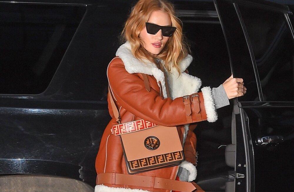 Modell Rosie Huntington-Whiteley kandis selle aasta märtsikuus Fendi kotti, mis on kuulsate logodega üle kallatud. Muide, Fendi logo paistab sel aastal kuulsuste seas üks populaarsemaid olevat ning staarid ei pelga olla pealaest jalatallani sellega kaetud