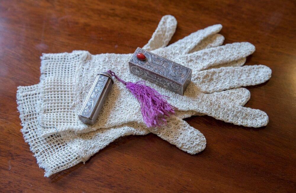 Huulepulgad kinnastel. 1915. aastal leiutas Maurice Levy silindrikujulise metallkonteineri, mis kergendas tunduvalt huulepulga pealekandmist ja võimaldas selle mugavalt käekotti panna. Idla antiigist.