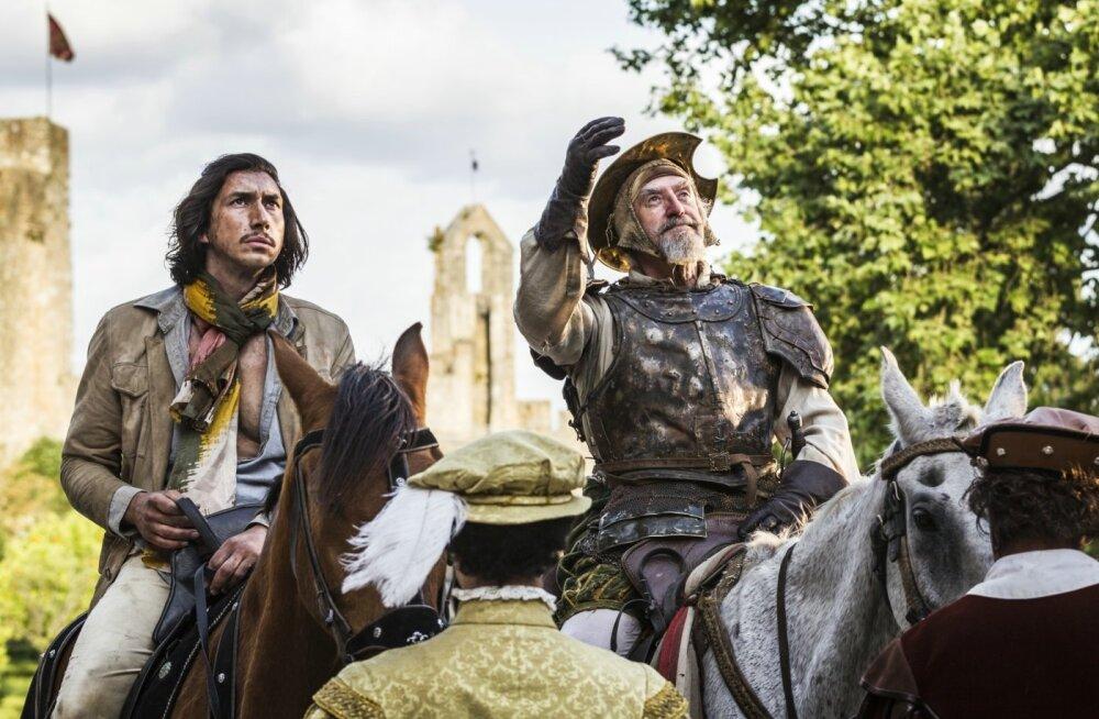 Kingsepp (Johnatan Pryce, paremal) usub, et ta on Don Quijote, ja peab Tobyt (Adam Driver) oma kannupoisiks Sancho Panzaks.