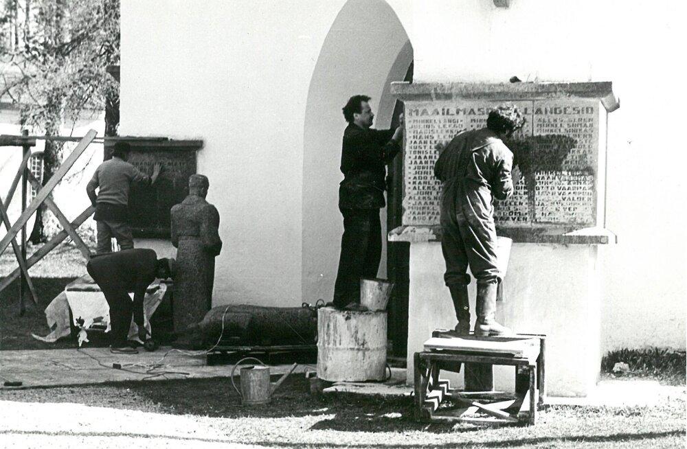 Heino Kütt, Väino Parras ja Tiit Pärt puhastavad nimeplaate lubjast.