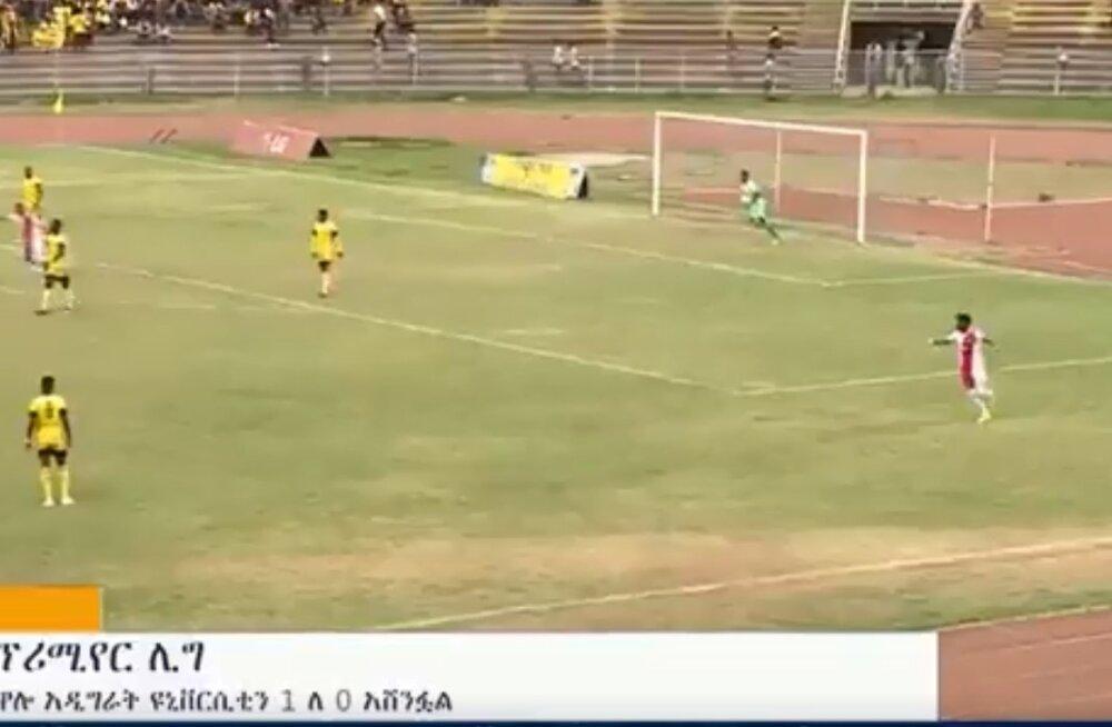 VIDEO | Palli enda väravasse visanud väravavaht tõi vastasmeeskonnale võidu