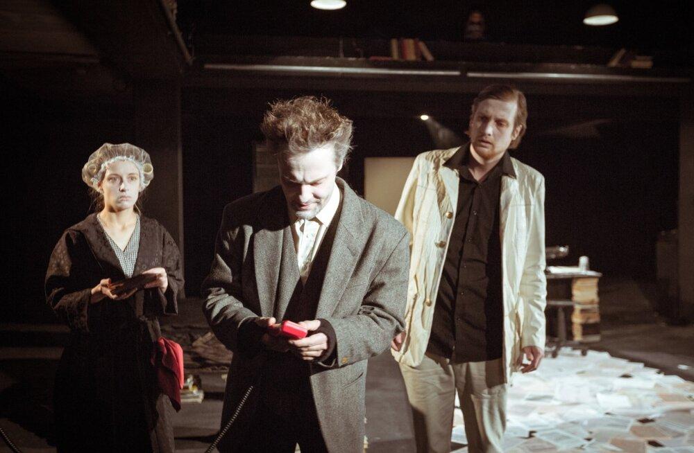 Näitlejatöö on suurepärane, aga kui Margus Teder (keskel) on oma rollis õudne ja naljakas, siis Liisa Pulk ja Martin Kõiv on lihtsalt õudsed.