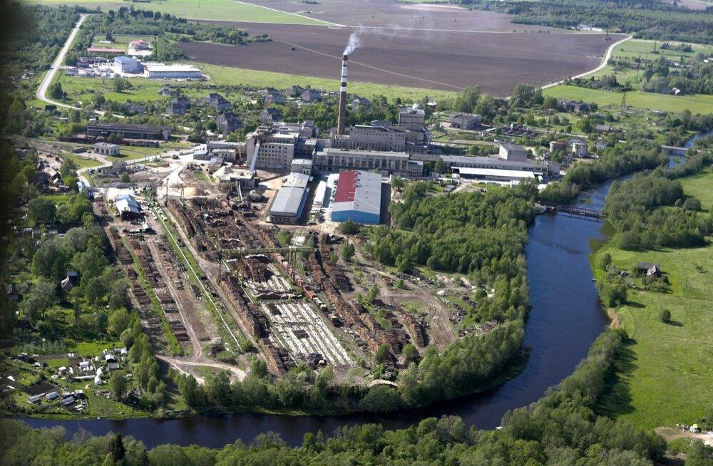 Eesti praegu ainus tselluloositehas Kehras oleks piltlikult öeldes loodava tehase tohutult väiksem ja algelisem mudel. Ent ka uue tehase tehnoloogia eeldab rohket veekasutust, laoplatse tooraine jaoks jaraudtee lähedust.