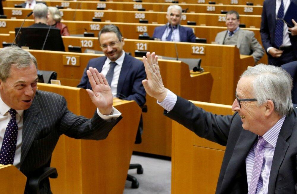 Euroopa Komisjoni president Jean-Claude Juncker (paremal) ja europarlamendi liige Nigel Farage lõid eile enne eelarve arutamise plenaaristungit patsi.