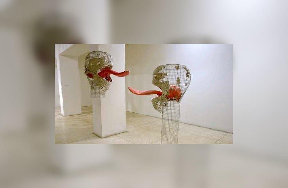 """Anu Põder. """"Limpsijad"""". Metallvõrk, foolium, tekstiil (2007)."""