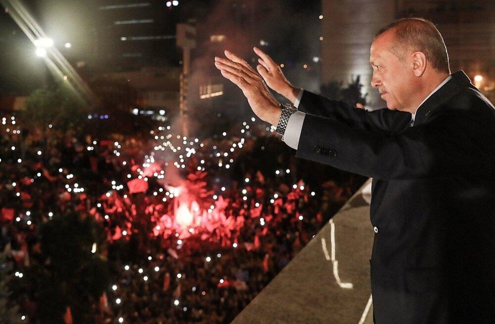 Võidukas Türgi president Recep Tayyip Erdoğan pealinnas Ankaras juubeldavatele poolehoidjatele viipamas.