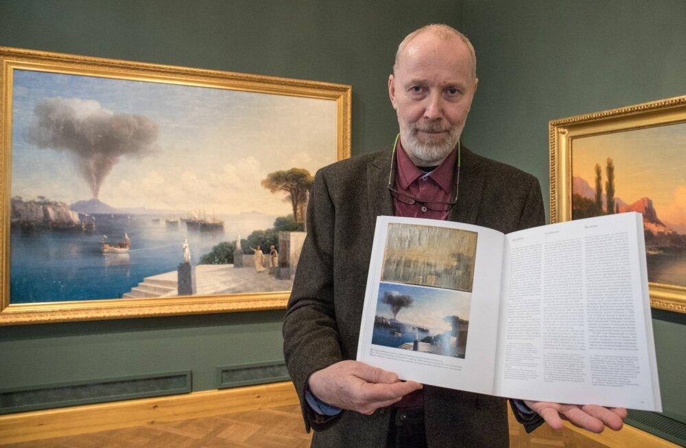 """Aivazovski maali """"Vaade Vesuuvile päev enne vulkaanipurset"""" ees seisev restauraator ja üks näituse kuraatoreid Alar Nurkse tunnistab, et alguses oli maal hirmuäratavas seisus. Kõigist kahjustustest ei olnudki võimalik vabaneda."""