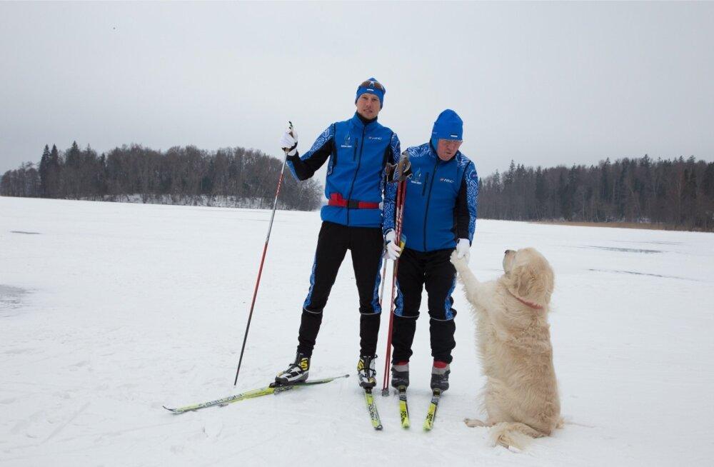 Aivar Rehemaa (vasakul) treenis eile Pühajärvel, kaasas treener Anatoli Šmigun koos koera Loukiga.
