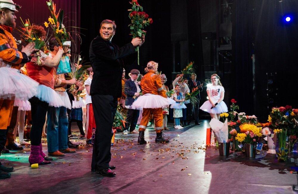 """Pärast """"Billy Elliot"""" esi-etendust võttis Meelis Pai särades õnnitlusi vastu, kuid nüüd süüdistab äriplaani ebaõnnestumises riiki."""
