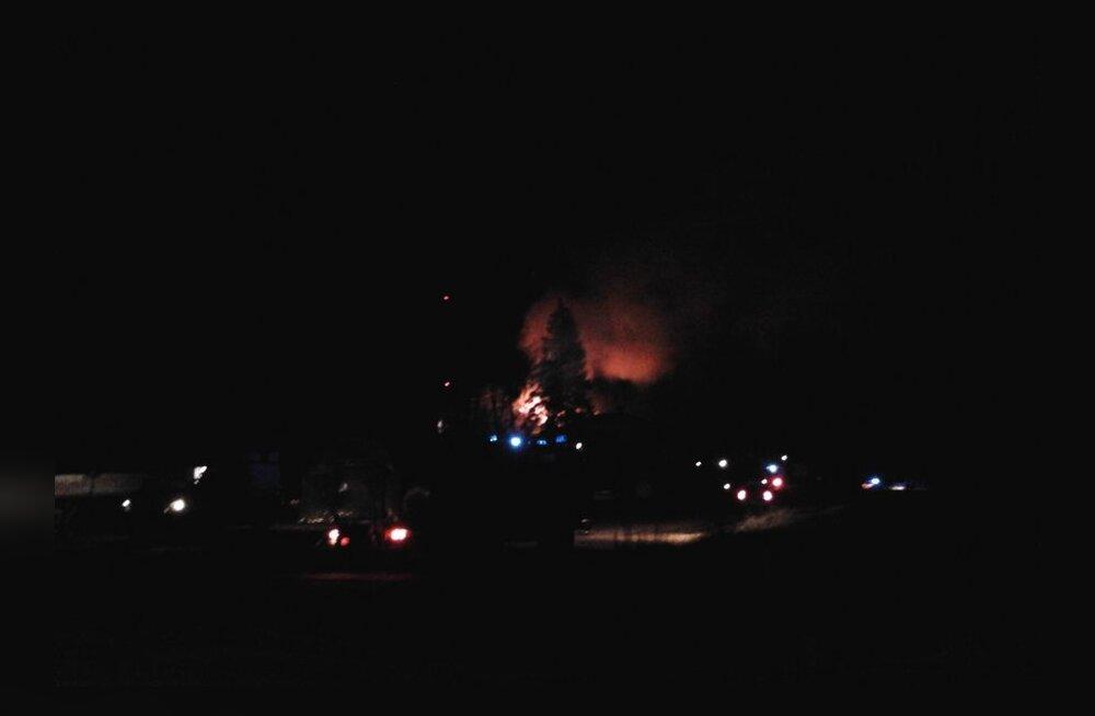 FOTOD: Viljandi lähedal põles tööstushoone, üks inimene hukkus