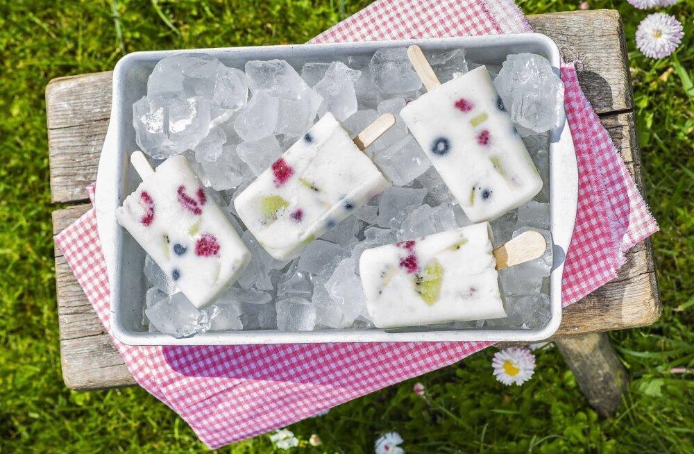 Jahutav maius piimaletilt: jogurti-marja pulgajäätised