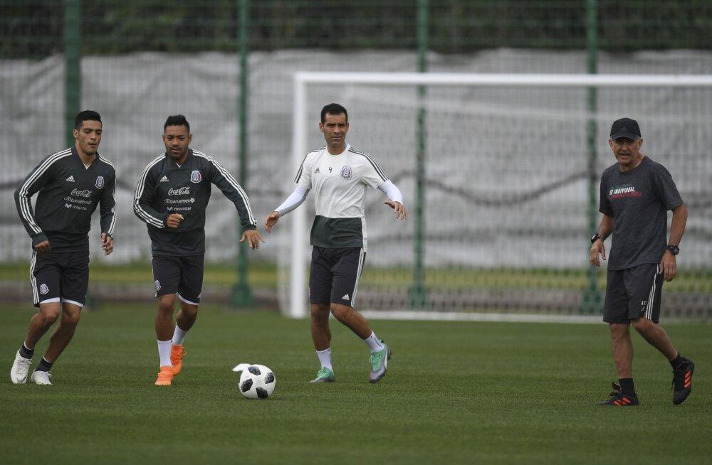 Mehhiko koondise kapteni veider elu MM-il: FIFA ei tohi teda mängu parimaks valida, mehel endal on keelatud tiimikaaslastega samast pudelist vett juua
