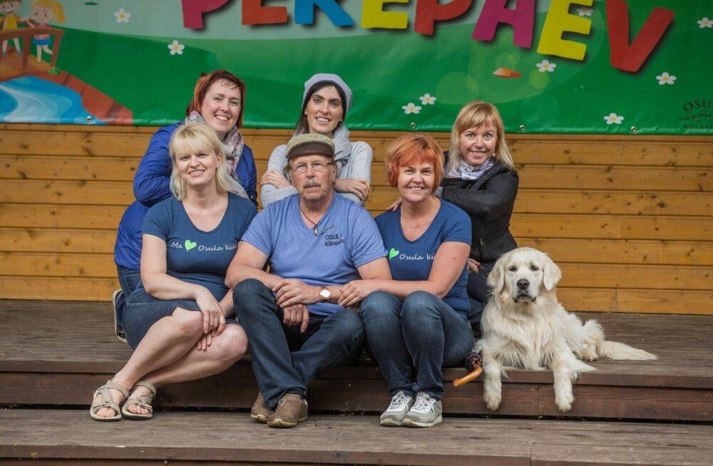 Osula külaseltsi eestvedajad (ees vasakult) Margita Kipasto, Ain Vaher, Maret Soon; tagumises reas Tiina Männe, Annika Johanson, Ene Kerge ja koer Mäx.