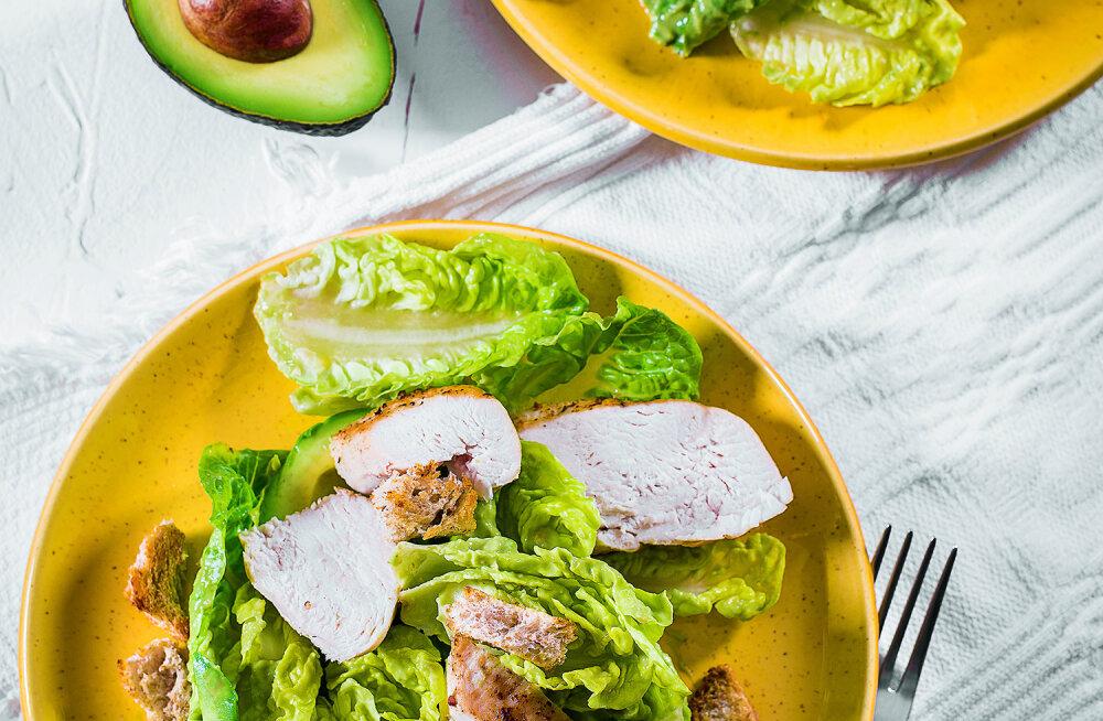 RETSEPT | Alustame uut nädalat tervislikult — Caesari salat kana ja avokaadoga