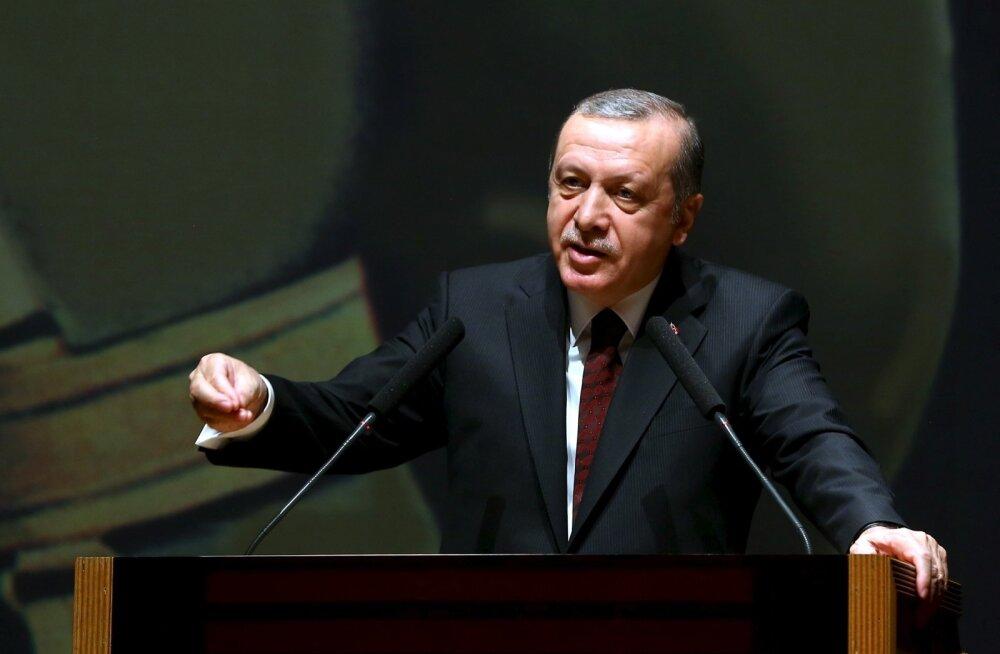 Esmaspäeval esines Türgi president Recep Tayyip Erdogan Istanbuli sõjaakadeemias kõnega, kus läbi lillede ähvardas sõnakuulmatu Briti peakonsuli riigist välja saata.