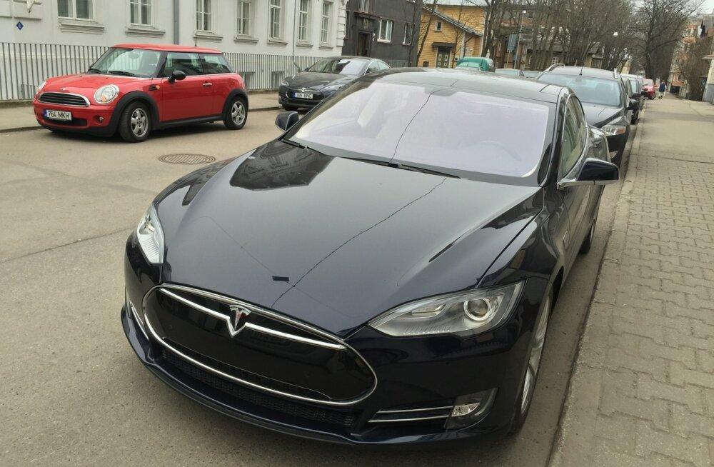 """Tallinnas parkis Tesla Model S numbrimärgiga """"Tartu"""""""