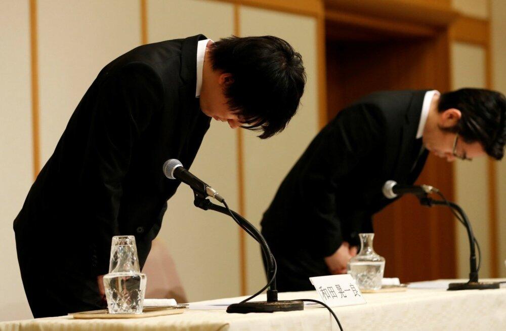 Coinchecki juhatuse esimees Koichiro Wada (paremal) and tegevjuht Yusuke Otsuka pressikonverentsil börsil toimunud varguse kummardusega vabandust palumas.