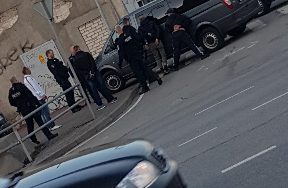 FOTOD   Rööv Kristiine keskuse naabruses: politsei sõitis kohale suurte jõududega ning pidas arvatavad sulid kinni