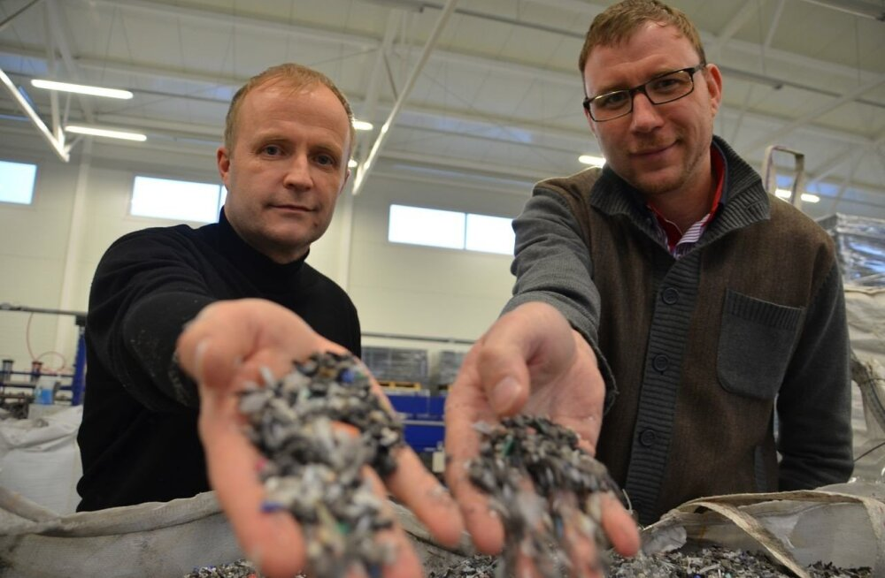 MÄO MEESTE KULD: Aivo Käsnar ja Andrus Valdmaa näitavad rämpsust tehtud graanuleid, millest ehitusmaterjali sulatatakse.