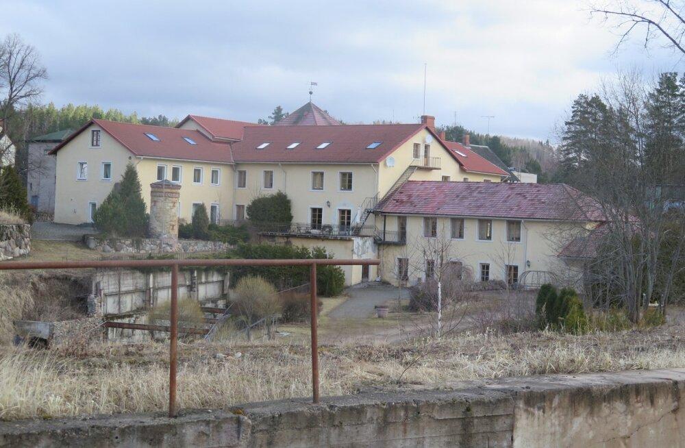 Omaaegsest proua Izabella mõisast sai nõukogude ajal sukavabrik ning Läti taasiseseisvumise järel hotell.