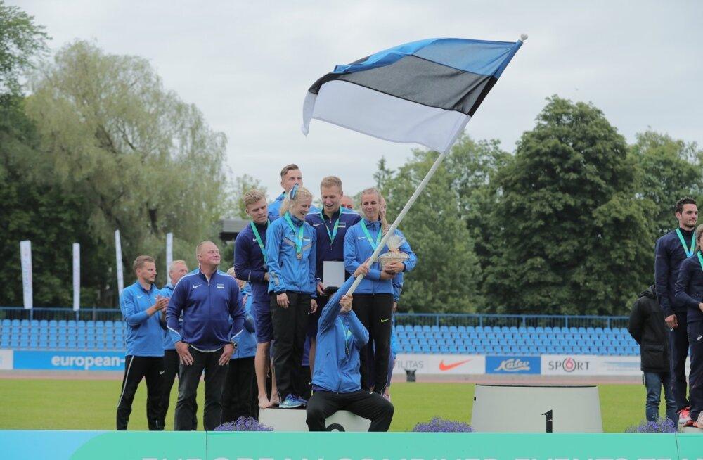 Markus Leemet lehvitab lippu, poodiumil seisavad Karl Robert Saluri, Mari Klaup, Janek Õiglane ja Grit Šadeiko. Tagant paistavad Kristjan Rosenbergi ja Margit Kalgi pead.