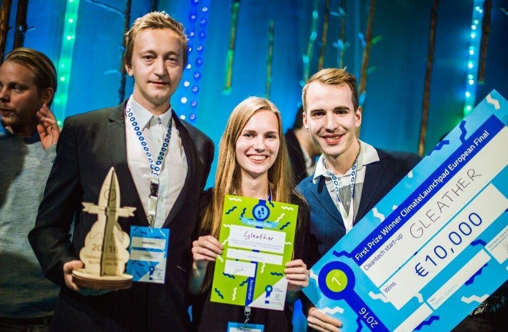 Gleatheri meeskond Kaido Siimon, Mari-Ann Meigo ja Märt-Erik Martens rõõmustavad, et nende säästlik idee Gleather võitis rahvusvahelises konkurentsis esimese koha.