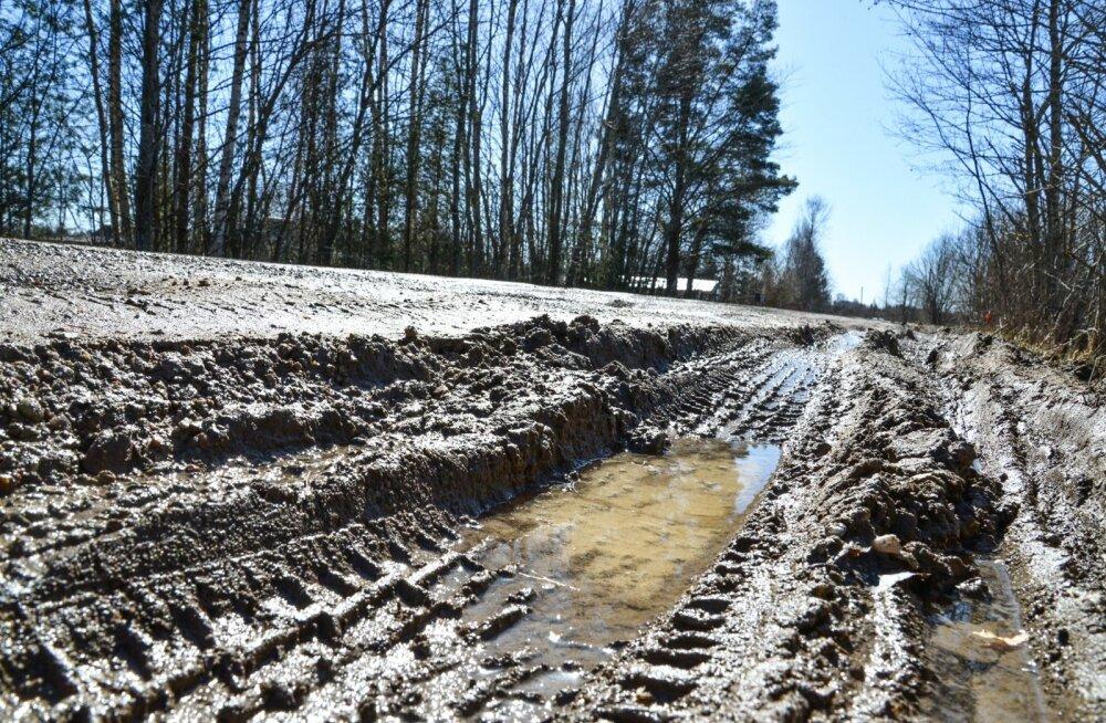 Märjal ajal on kruusateed mitmel pool Eestis läbimatud, kuid olukorra parandamiseks mõeldud raha eest ehitatakse hoopis laia maanteed Koselt Mäoni.