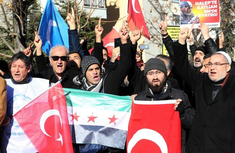 Pingelõdvendusest hoolimata protestis alles nädal tagasi Vene saatkonna ees sadu türklasi Aleppos toimuva vastu.