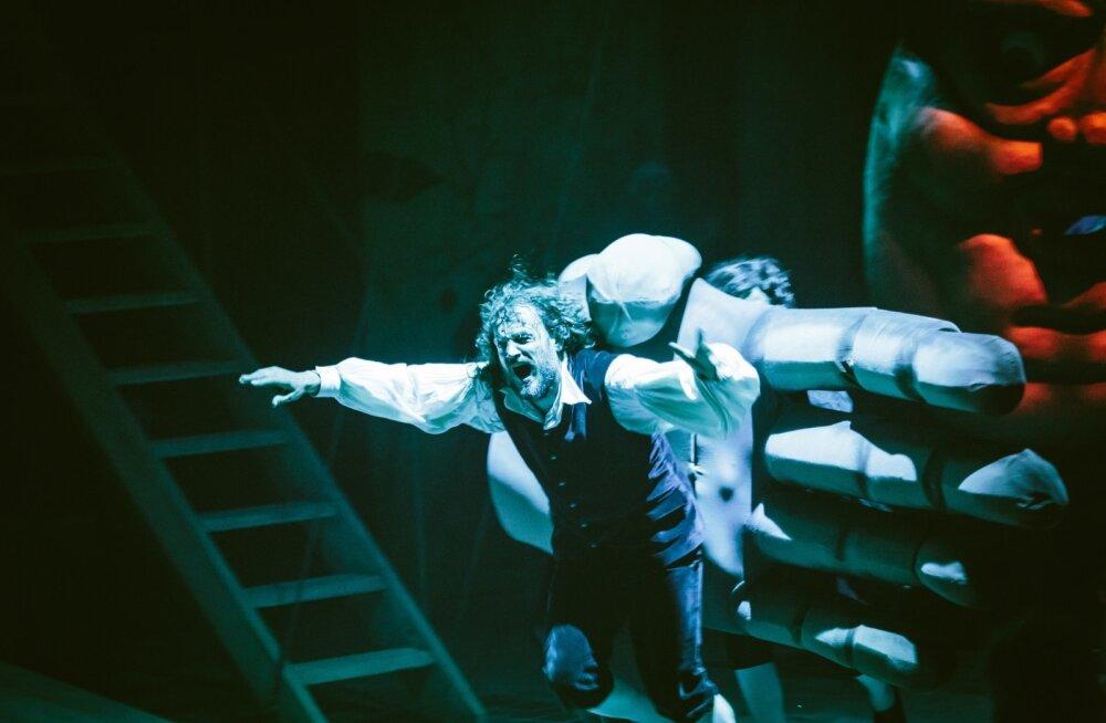 Gulliver (Anti Kobin) põgeneb hiiglaslike käte eest.