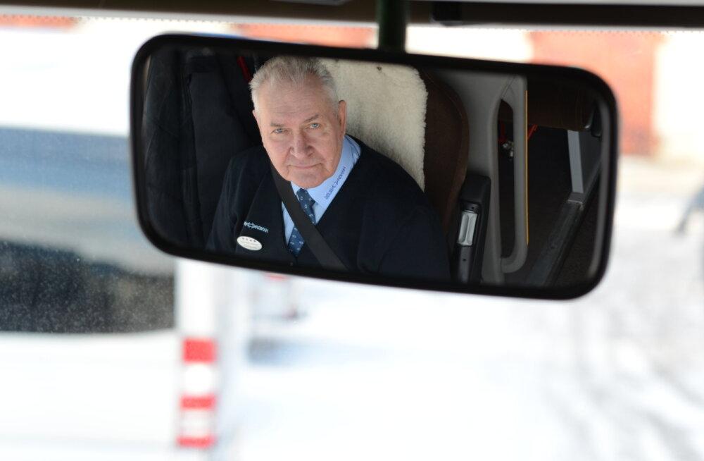 Valgetähe medali pälvinud pika staažiga bussijuht: töö on palju muutunud, 60ndate lõpus sõitis maanteel päevas kaks bussi vastu