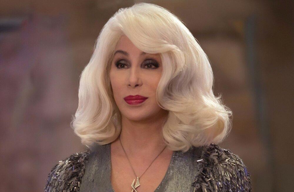 Cher mängib filmis vanaema Rubyt ja kuigi ta sobiks välimuselt pigem Lady Gaga vanatädiks, pole sellest lugu – Cher vallutab iga stseeni, milles teda näha võib.