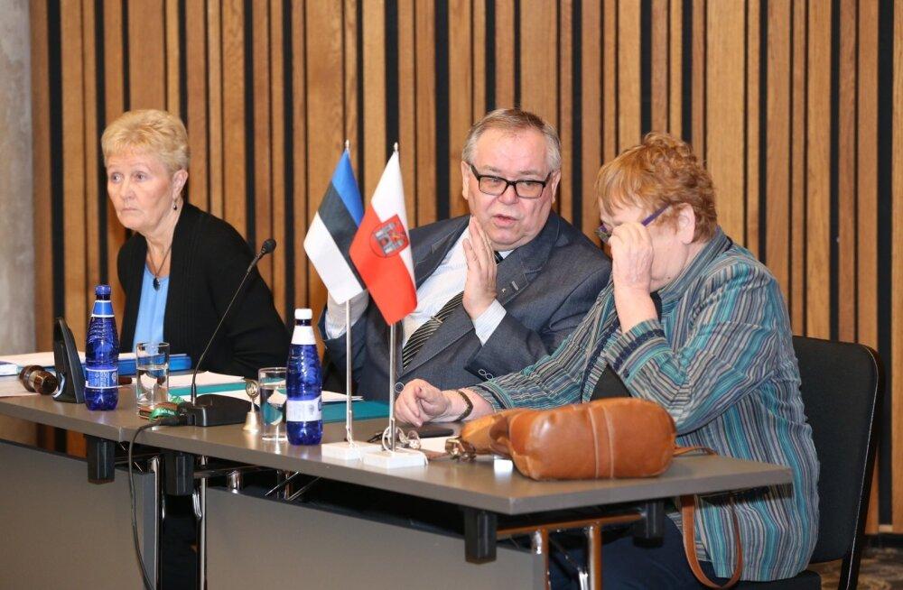 Linnavolikogu esimees Aadu Must (keskel) ja aseesimees Ene Ergma (esiplaanil) erakorralisel istungil, kus volikogu arutas tselluloositehase küsimust.