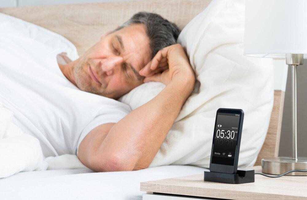 Oled väsinud? Mobiilseadmete kasutamine vähendab une kvaliteeti