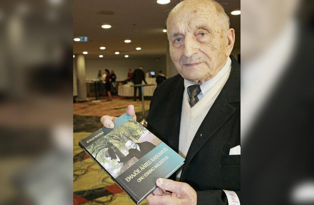 97-aastane Eskimo jäätisetehase rajaja Evald Rooma esitles oma elulooraamatut