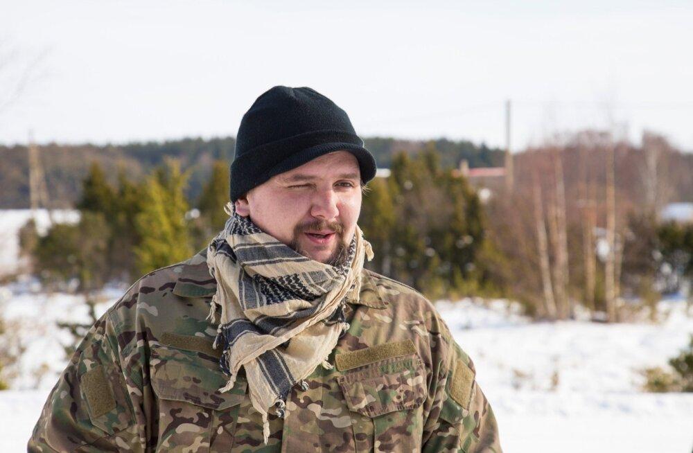 Tallinnast Hiiumaale tagasi tulnud Mihkel Leivalt taastab Sarve poolsaarel jõudsalt loopealseid ja peab lambaid.