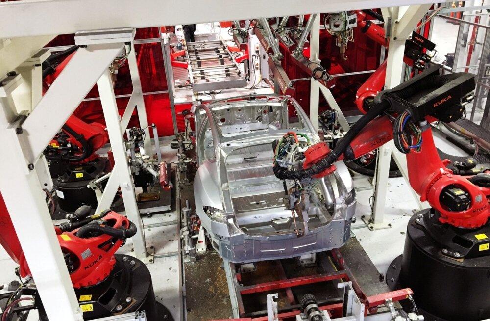 Robotkäed panevad Tesla Californias Fremontis asuvas tehases autot kokku.