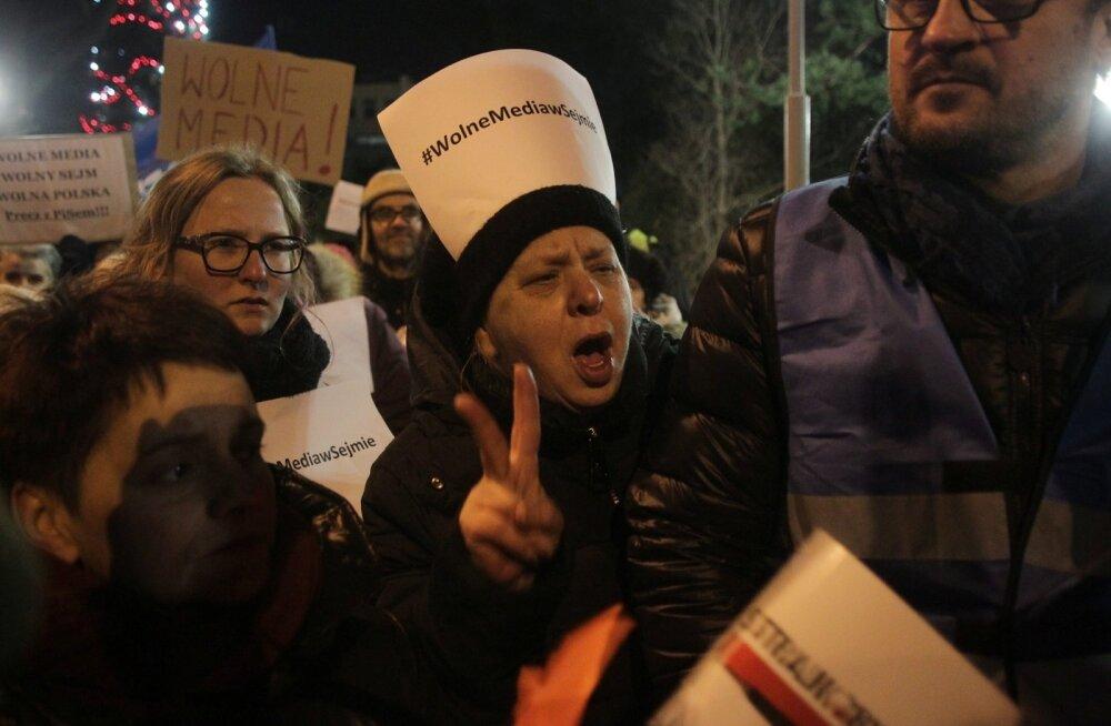 Varssavis parlamendi hoonekompleksi juures kogunevate inimeste peamine soov on saavutada meediavabadus ehk ajakirjanike juurdepääs rahvaesindajate tööle.