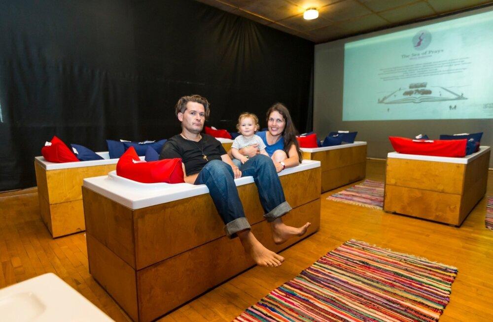 Tarmo, Lennart ja Heleen Ladva naudivad patjadega vannis filmide vaatamist.