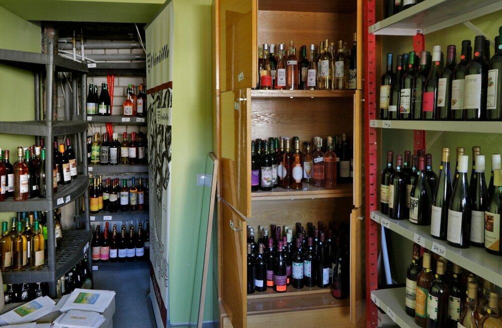 Veinivilla riiulid on koduveinikonkursile toodud veinidest lookas.
