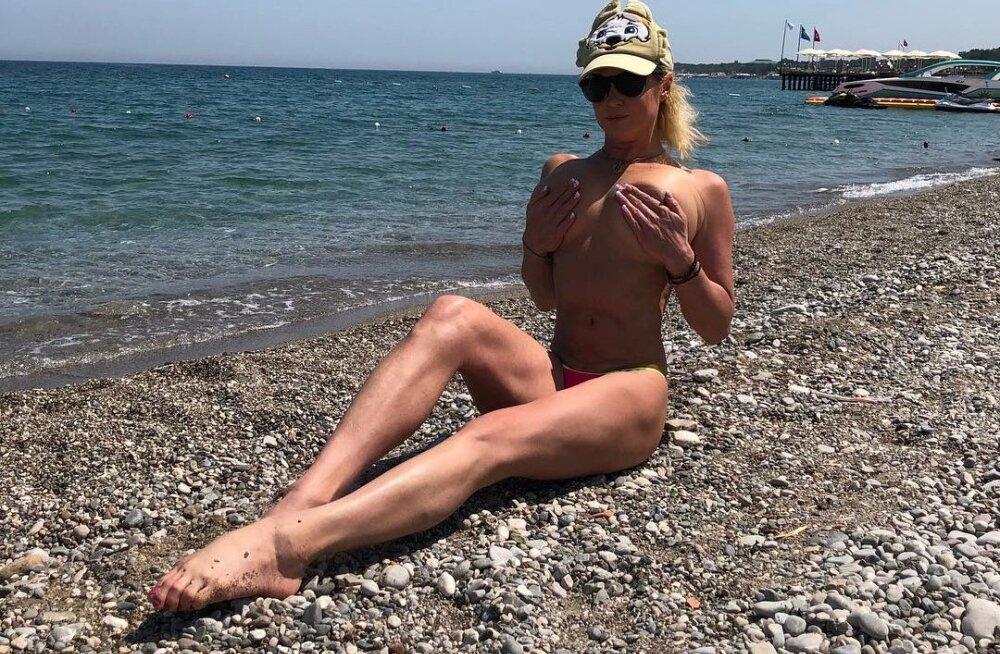 """Почти голая и на шпагате. Волочкова выложила фото с отдыха """"в любимых позах"""""""