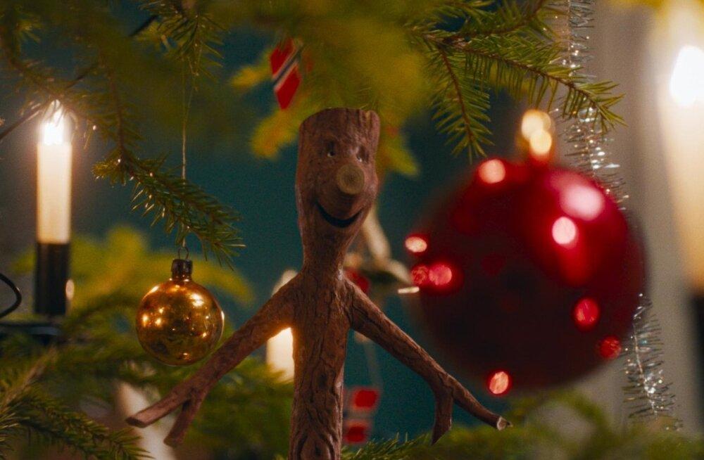 Pulkson jõulukuuse juures.