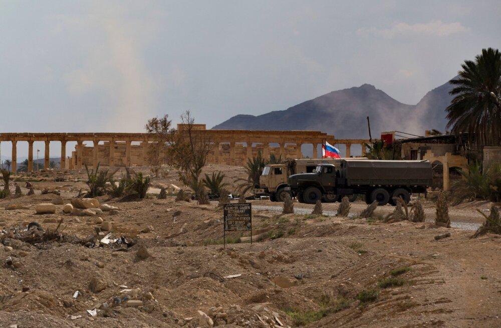 Vene sõjaveokid Palmyra lähistel