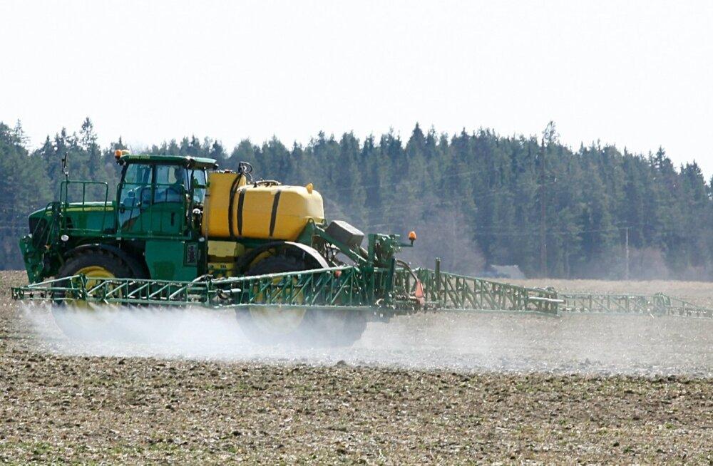 Lisaks taimekaitsevahenditele laotatakse pritsiga viimastel aastatel järjest sagedamini ka vedelväetisi.