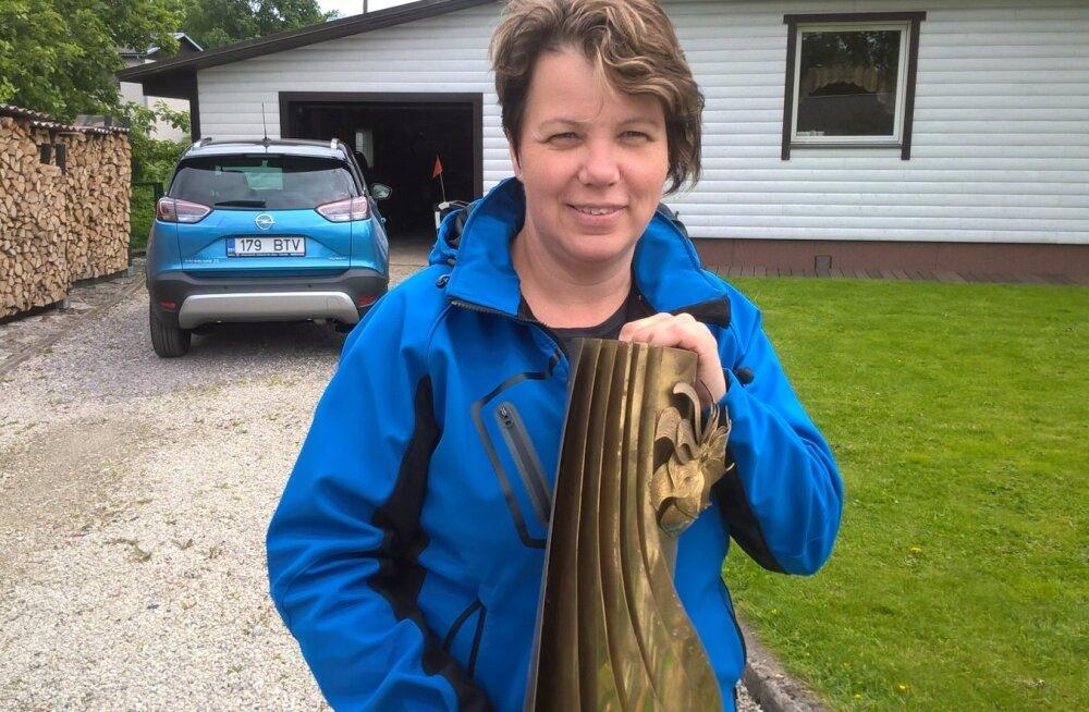 Eve Valdmaa karikaga, mis nüüd on Eesti Künniseltsi valduses.